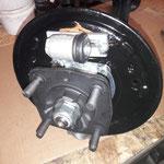 Auch in der Bremse werden nur feine Teile verwendet, Radbremszylinder von Borg und Beck, vorher werden die Ankerplatten unter dem Radbremszylinder mit Kupferpaste gefettet, damit dieser schön gleiten kann