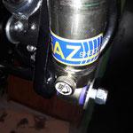 Die Stoßdämpfer werden mit Einstellschraube nach innen montiert, dann kann man auch von aussen ohne Demontage des Rades einstellen