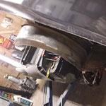 Der rechte vordere Kotflügel wird herausgetrennt, dieser war bereits mehrfach repariert