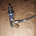 Der Adapter aus dem Zubehör wird durch eine Zusätzliche Bohrung und Nippel erweitert, so kann man dort den Lader, das Öldruckinstrument und die Warnlampe anschliessen