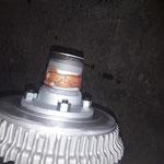 Nach erfolgter Einstellung der Bremse, werden die Räder fertig montiert. Kupferpaste schützt die Verzahnung der Speichenräder