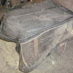 Das alte Verdeck wird wieder verwendet, es ist stark verschmutzt und wird mit warmem Wasser und Seifenlauge abgewaschen