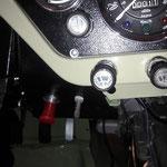 Der Schalter selbst ist ordentlich verarbeitet und wird in dem Blech neben der Lenksäule eingebaut