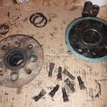 Die Radnaben werden zerlegt, eine Nabe musste ich ersetzen, da der Ring des Radlagers nicht mehr gehalten hat, die Radbolzen kommen neu, die Lager auch