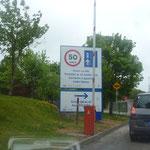 Links fahren, endlich !!! Auf die entspannte Fahrerei hier, haben wir uns schon lange gefreut! Gälisch ist hier Landessprache, deshalb sind Schilder immer zweisprachig