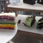 unbedingt fotografierenswert: Rainbowcake! Wir raten von einer Probe ab.....extrem süss