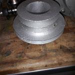nötig ist auch eine neue Riemenscheibe mit Platz für 3 Riemen, 1x für Wasserpumpe / Lichtmachine, 2x für den Kompressor