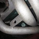 Das ist Murks ab Werk: Das Entlüftungsrohr des Kurbelgehäuses liegt am Krümmer an....