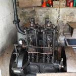 Sie ist sehr liebevoll restauriert, das hier ist ein voll funktionsfähiger 2 Zylinder aus den 20iger Jahren, der im Notfall als Pumpe dient