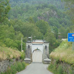 dann kommt eine Brücke.....diese ist über 150 Jahre alt, einspurig und teilweise aus Holz und immer noch in Betrieb!
