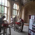 das Haus wird Stück für Stück mit traditionellen Werkzeugen komplettiert