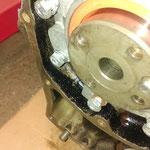 neuer Simmering und ganz wichtig: Die obere mittlere Schraube des Simmeringgehäuses braucht einen Kupferdichtring!