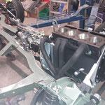 vorher wird der Krümmer provisorisch ins Fahrwerk gehängt, der passt beim MK2 nicht zwischen Rahmen und Motorblock durch, wenn der Motor bereits montiert ist