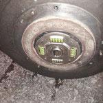 Die Scheibe sitzt bombenfest an der Schwungscheibe und muss mit Hammer und Karosseriemeissel getrennt werden....