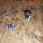 Die Einzelteile des Gelenkes sind geprüft und neu verzinkt ( Achtung: Bruchgefahr! Teil muss unbedingt getempert werden!) In der Mitte das Masseband, ohne das die Hupe später nicht funktionieren würde