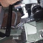 Der Ölkühler wird mit angefertigten Schläuchen angeschlossen