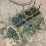 Die Maschine lief zwar, wird jedoch zerlegt. Dieser Motor ist offensichtlich noch keine 500km gelaufen :-) Es werden trotzdem bessere Teile verbaut