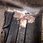 Der Rost hat eine kunstvolle Skulptur unter einer Bitumenmatte hinterlassen....