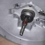 Die Verzahnung der Getriebewelle wird mit Montagepaste bestrichen