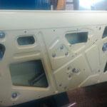 Die Türen werden komplettiert, die Fenstermechanik und auch die Türöffnermechanik wurde zuvor neu verzinkt