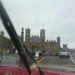 Es fängt wieder an zu regnen, während wir die ersten uralten Bauten zu sehen bekommen. Das gibts hier sehr oft!