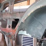 Der rechte Kotflügel war mehrfach geflickt und wird komplett herausgetrennt, darunter.....