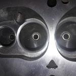 Der schöne Burgesszylinderkopf aus den 80igern ist fast fertig, die 37,5mm großen Einlassventile wurden nach unseren Wünschen angefertigt, in den Auslasskanal wurden Sitzringe für bleifreien Sprit eingebaut, man beachte die Kanäle und Brennräume :-)