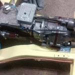 Nachdem Motor und Getriebe im Rahmen sitzen, wird der Getriebekabelbaum angefertigt
