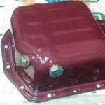 In die Ölwanne wird die magnetische Ablasschraube und der Geber für die Öltemperatur eingebaut