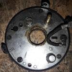 Eine Fehlerquelle ist die Grundplatte der Delco Verteiler : Durch die Unterdruckdose werden zwei miteinander verbundene Platten verdreht, die oft klemmen