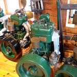 im Dach des alten Fischerhauses dann: Pikfein restaurierte Motoren, Kompasse, sogar eine Harpune steht da