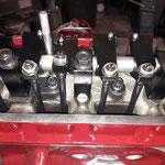 Die Kipphebelwelle wird montiert, wir verwenden Rohrstösselstangen, diese sind deutlich steifer und lassen sich kürzen, wie in unserem Falle nötig