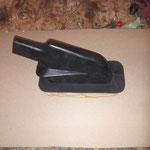 Die Gummimanschette der Handbremse wird auf ein Stück Kofferpappe geleimt....