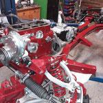 Nachdem Motor und Getriebe wieder vereinigt sind, wandern sie zurück in den Rahmen