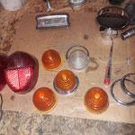 Dann kümmern wir uns um die Lampen. Die Gummis kommen bis auf einen neu, ein Chromring und ein klares Glas fehlen, liegen aber noch gebraucht im Regal