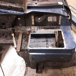 Der Umbau auf Linkslenkung beginnt, der Batteriekasten wird ausgebaut
