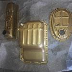 Die Blechteile sind fertig gepulvert, ich hab mich in Anlehnung an die GOLD SEAL reconditioning factory, welche Werkstauschmotoren hergestellt hat,   für goldmetallic entschieden