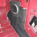 Diese werden dann in den Fußraum an der A-Säule montiert, dort wurden während der Karosseriearbeiten schon Laschen angeschweisst