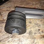 Wir konstruieren eine Spannrolle aus einer Normriemenscheibe mit Taperbuchse, dort werden 2 Kugellager eingesetzt, der Sockel ist von einer Förderanlage
