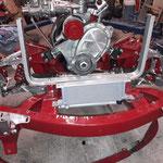 Der Kühlerrahmen und der Ölkühler werden montiert, gut zu sehen: Das Wasserpumpengehäuse und die Riemenscheibe sind aus Alu, das spart zwei weitere Kilo Gewicht