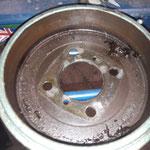 Die Bremse hinten wird zerlegt, 3 Kilo Fett in der Trommel.....vielleicht hat sie gequietscht....man weiss es nicht....