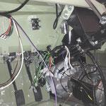 das kleine Kästchen da oben ist der Sicherungskasten, der beim MK2 noch innen sitzt. 2 Sicherungen müssen reichen....
