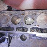 der Motor wurde vor langer Zeit ein wenig saniert, hat aber rostige Zylinder...er ist noch im Grundmass, nach 57 Jahren!