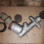 """Der alte Bremszylinder ist nicht zu retten, deshalb wurde ein anderer """"alter"""" organisiert. Dieser hat eine separate """"extension"""" also eine Vergrösserung des Behälters und ist auch rettbar, leider neu nicht mehr lieferbar"""