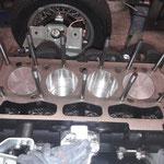 Die verstärkten Stehbolzen für den Zylinderkopf werden gesetzt
