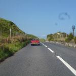 Dann fahren wir Richtung Antrim Coast Road bei bestem Wetter, der Midget begleitet uns ein Stück...