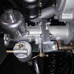 Der Vergaser und der Halter für den Gaszug werden montiert, passt genau an der Bremsleitung vorbei