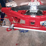 Die Bremsleitungen werden eingebaut