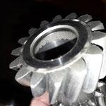 Das Schaltgetriebe selbst hatte Bruch: Das Vorgelege ist im Bereich der Lagernadeln übersät mit Pitting, zwei der Nadeln zum Teil nur noch Brösel