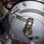 Der wird benötigt, um die extra angefertigte Stahlflexleitung der Ölversorgung am Lader anzuschliessen